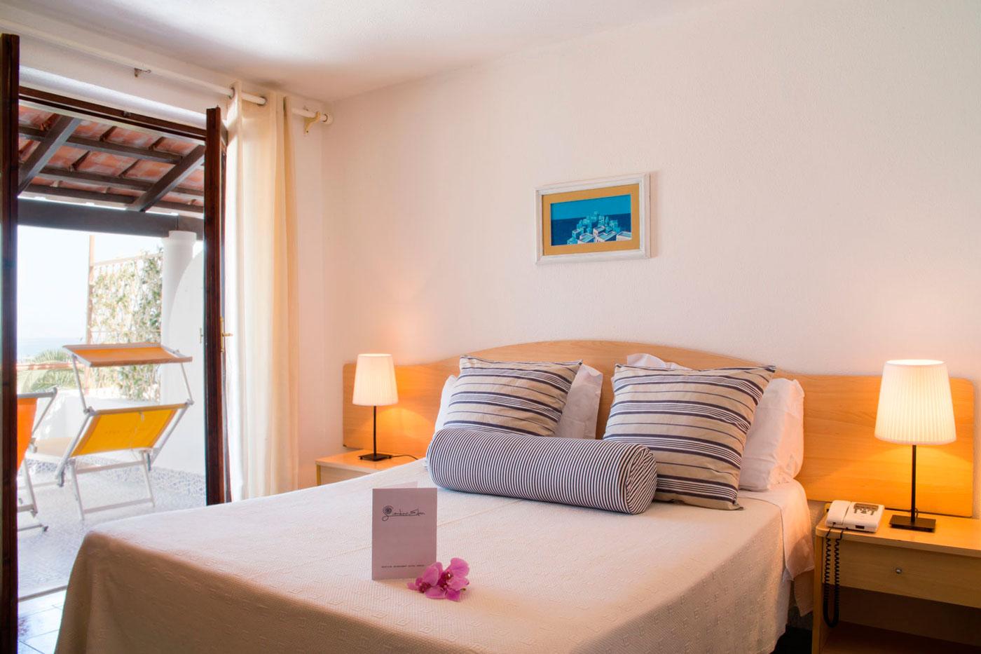 Camera matrimoniale superior hotel 3 stelle giardino eden for Piani camera a castello